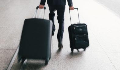 Un homme courant avec ses valises