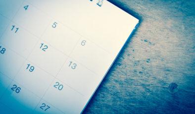 Un calendrier sur fond bois